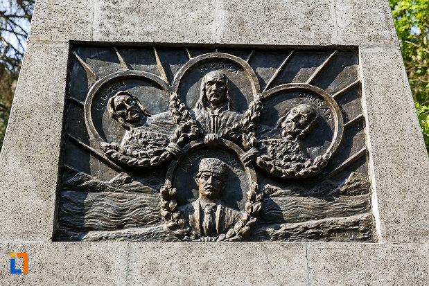 statuia-lui-decebal-din-deva-judetul-hunedoara-cateva-figuri-istorice.jpg