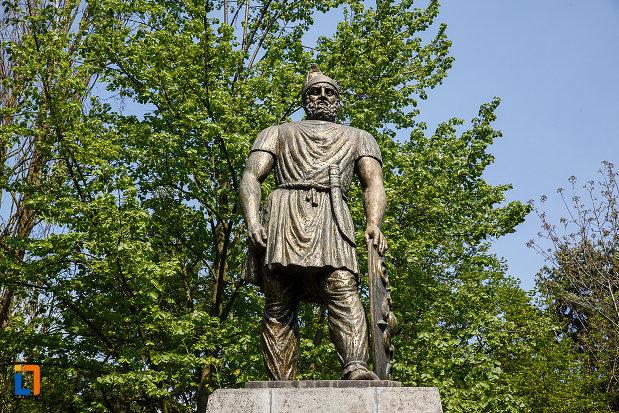 statuia-lui-decebal-din-deva-judetul-hunedoara-in-prim-plan.jpg
