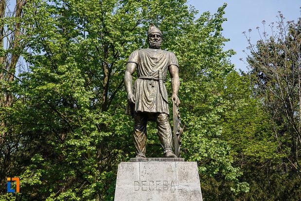 statuia-lui-decebal-din-deva-judetul-hunedoara-situata-in-parcul-cetate.jpg