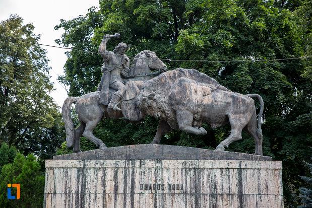 statuia-lui-dragos-voda-din-campulung-moldovenesc-judetul-suceava-lupta-cu-zimbrul.jpg