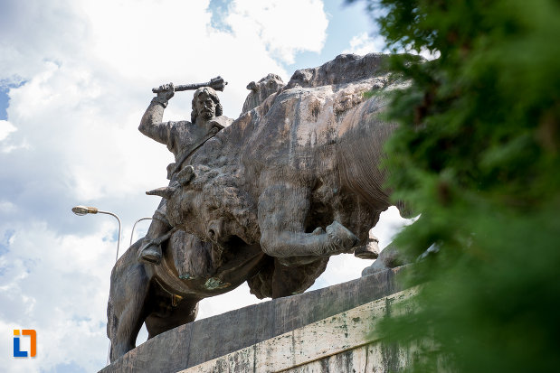 statuia-lui-dragos-voda-din-campulung-moldovenesc-judetul-suceava-vazuta-de-jos.jpg