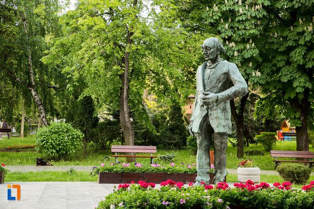 statuia-lui-eugen-ionescu-din-slatina-judetul-olt-vazuta-din-lateral.jpg