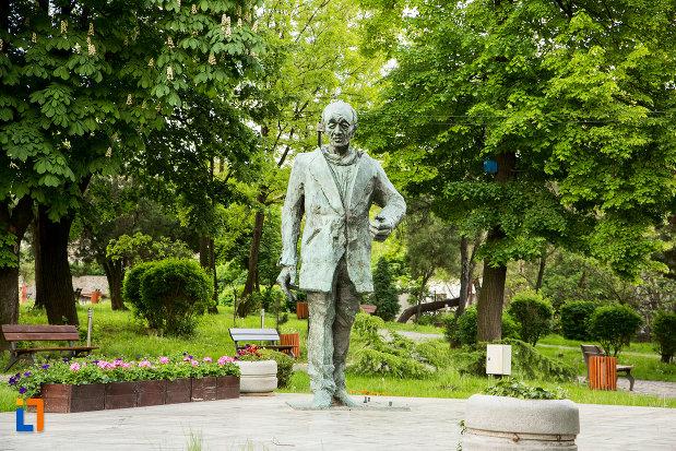 statuia-lui-eugen-ionescu-din-slatina-judetul-olt.jpg