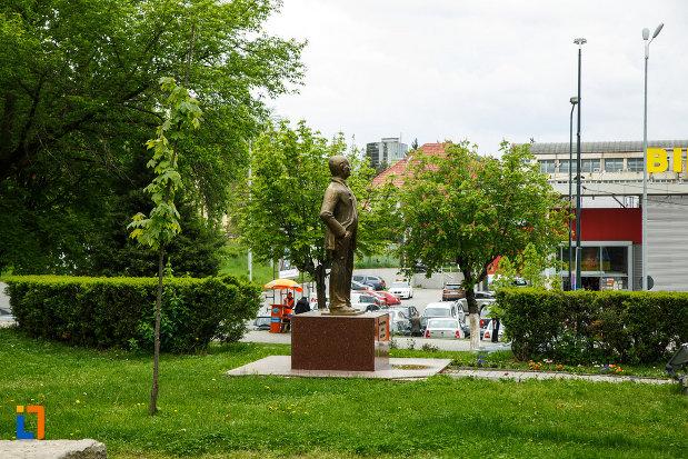 statuia-lui-gheorghe-tarnea-din-ramnicu-valcea-judetul-valcea-vazuta-de-la-distanta.jpg