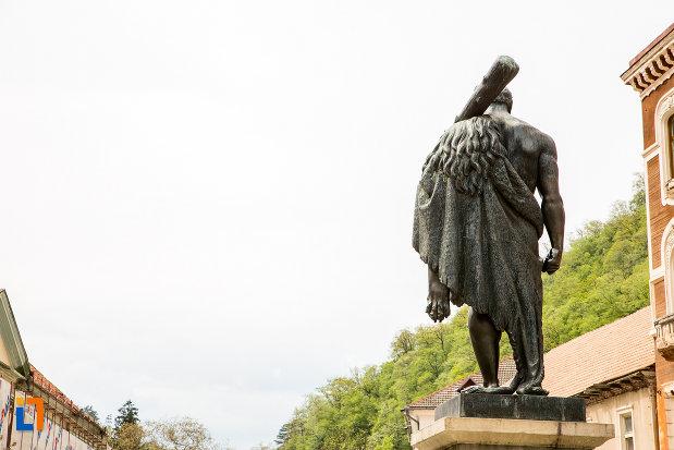 statuia-lui-hercules-din-baile-herculane-judetul-caras-severin-vazuta-din-spate.jpg