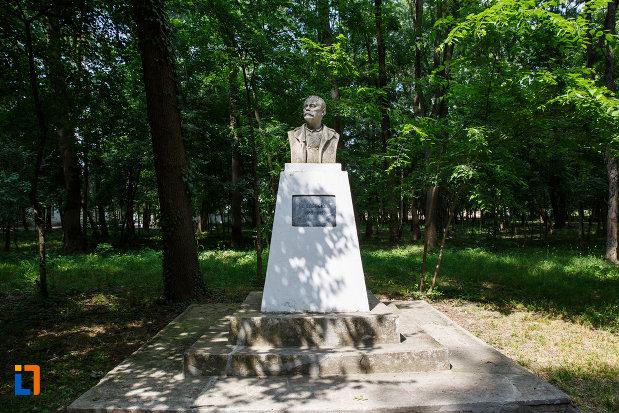 statuia-lui-i-l-caragiale-din-aansamblul-de-arhitectura-balneara-din-buzias-judetul-timis.jpg