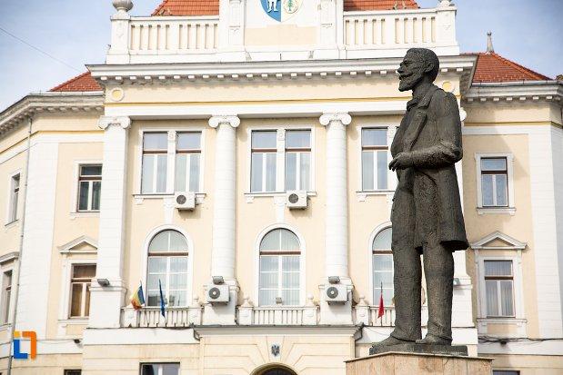 statuia-lui-ion-icbratianu-din-alba-iulia-judetul-alba-vazuta-din-lateral.jpg