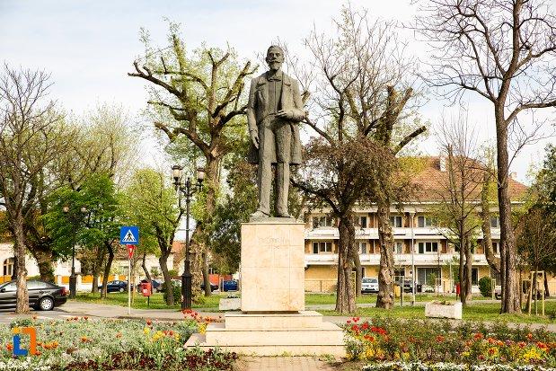 statuia-lui-ion-icbratianu-din-alba-iulia-judetul-alba.jpg