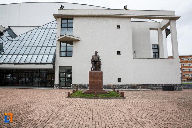 statuia-lui-iosif-constantin-dragan-din-lugoj-judetul-timis-aflata-in-fata-universitatii-care-ii-poarta-numele.jpg
