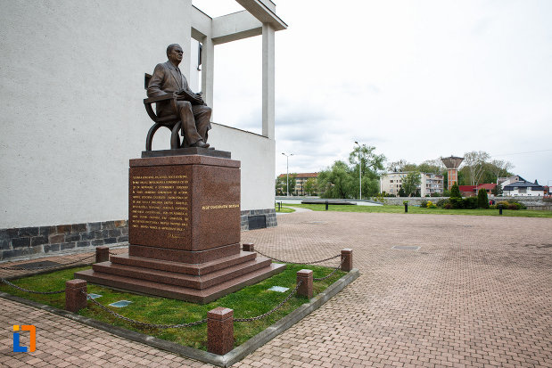 statuia-lui-iosif-constantin-dragan-din-lugoj-judetul-timis-vazuta-din-lateral.jpg