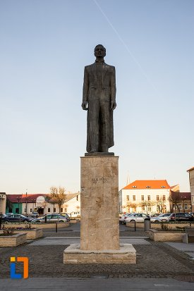 statuia-lui-iuliu-maniu-din-alba-iulia-judetul-alba.jpg