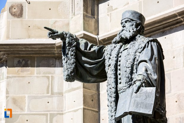 statuia-lui-johannes-honterus-din-brasov-judetul-brasov-vazuta-dintr-o-parte.jpg