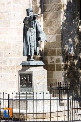 statuia-lui-johannes-honterus-din-brasov-judetul-brasov.jpg