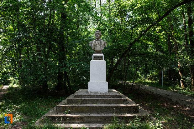 statuia-lui-m-eminescu-din-aansamblul-de-arhitectura-balneara-din-buzias-judetul-timis.jpg