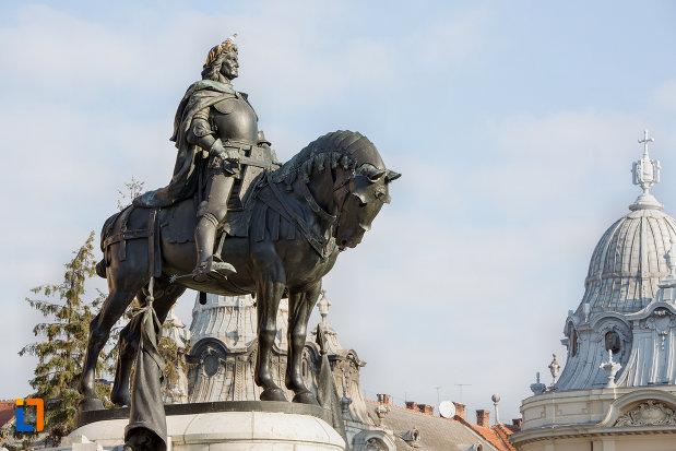statuia-lui-matei-corvin-din-cluj-napoca-judetul-cluj-privita-de-jos.jpg