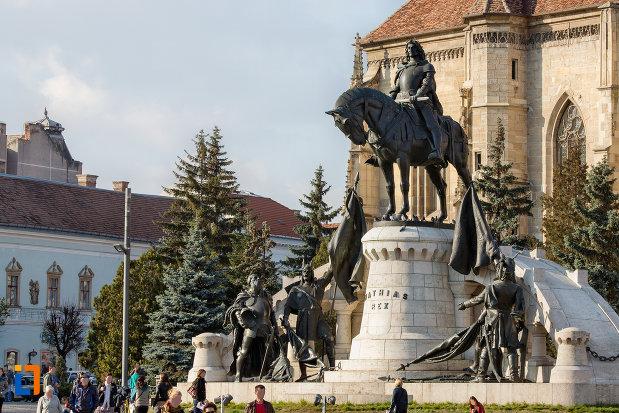 statuia-lui-matei-corvin-din-cluj-napoca-judetul-cluj-vazuta-de-la-distanta-2.jpg
