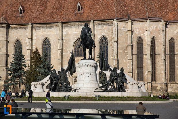 statuia-lui-matei-corvin-din-cluj-napoca-judetul-cluj-vazuta-de-la-distanta.jpg