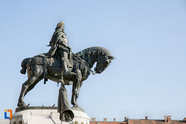 statuia-lui-matei-corvin-din-cluj-napoca-judetul-cluj-vazuta-din-lateral.jpg