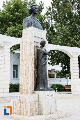 statuia-lui-mihai-eminescu-din-constanta-judetul-constanta-vazuta-din-lateral.jpg