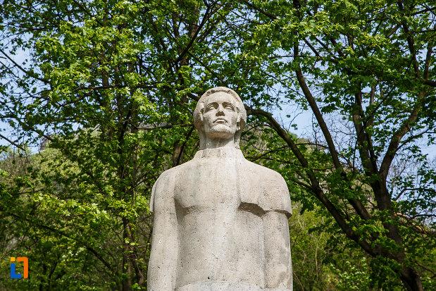 statuia-lui-mihai-eminescu-din-deva-judetul-hunedoara-in-prim-plan.jpg