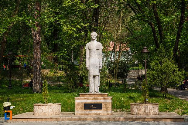 statuia-lui-mihai-eminescu-din-deva-judetul-hunedoara.jpg