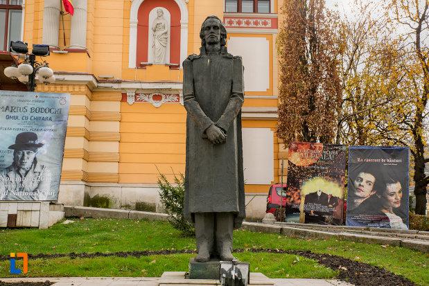 statuia-lui-mihai-eminescu-teatrul-national-din-cluj-napoca-judetul-cluj.jpg