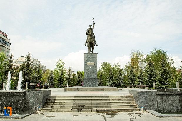 statuia-lui-mihai-viteazu-din-craiova-judetul-dolj-vazuta-din-fata.jpg