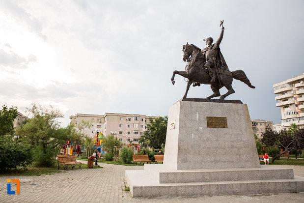 statuia-lui-mihai-viteazu-din-giurgiu-judetul-giurgiu-vazuta-din-lateral.jpg
