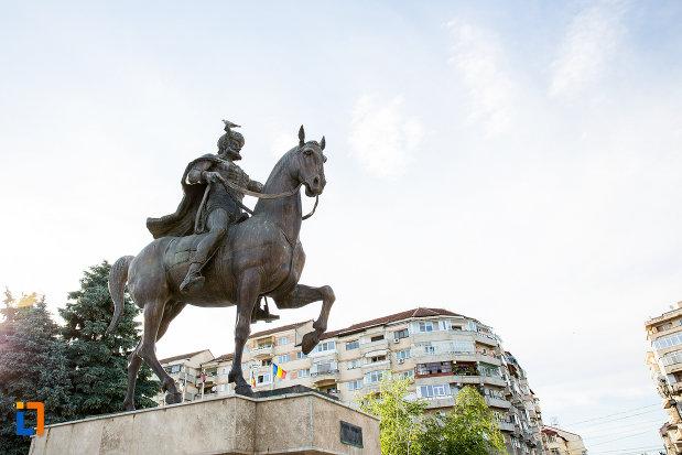 statuia-lui-mihai-viteazul-din-targoviste-judetul-dambovita-vazuta-din-lateral.jpg