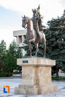 statuia-lui-mihai-viteazul-din-targoviste-judetul-dambovita.jpg