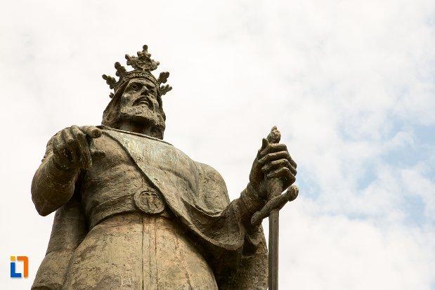 statuia-lui-mircea-cel-batran-din-pitesti-judetul-arges-vazuta-de-jos.jpg