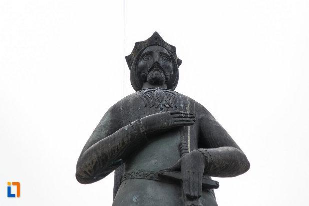 statuia-lui-mircea-cel-batran-din-ramnicu-valcea-judetul-valcea-fotografiata-de-jos.jpg
