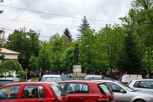 statuia-lui-mircea-cel-batran-din-ramnicu-valcea-judetul-valcea-fotografiata-de-la-distanta.jpg