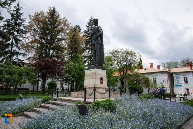statuia-lui-mircea-cel-batran-din-ramnicu-valcea-judetul-valcea-vazuta-din-lateral.jpg