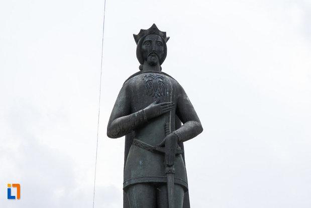 statuia-lui-mircea-cel-batran-din-ramnicu-valcea-judetul-valcea-vazuta-in-prim-plan.jpg