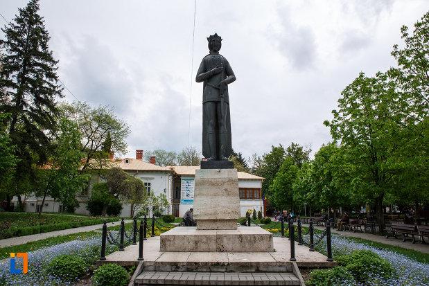 statuia-lui-mircea-cel-batran-din-ramnicu-valcea-judetul-valcea.jpg
