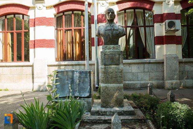 statuia-lui-mircea-t-badulescu-din-buzau-judetul-buzau.jpg