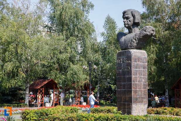 statuia-lui-nichita-stanescu-din-ploiesti-judetul-prahova-vazut-din-lateral.jpg