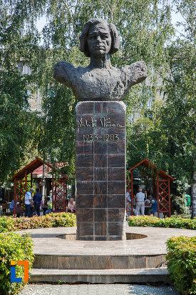 statuia-lui-nichita-stanescu-din-ploiesti-judetul-prahova.jpg