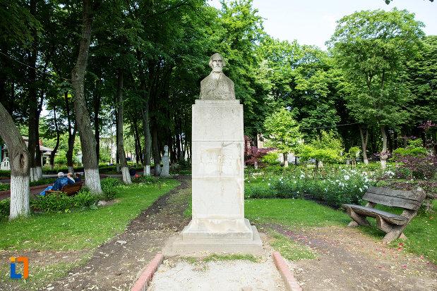 statuia-lui-nicolae-balcescu-din-gradina-publica-sau-parcul-central-din-tecuci-judetul-galati.jpg