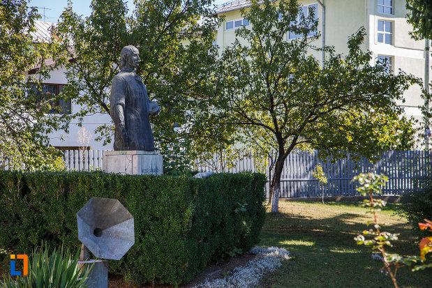 statuia-lui-nicolae-grigorescu-in-fata-muzeului-din-campina-judetul-prahova-vazut-din-lateral.jpg