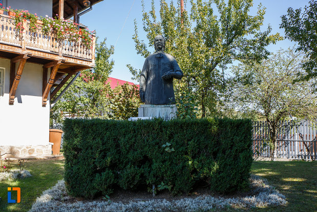 statuia-lui-nicolae-grigorescu-in-fata-muzeului-din-campina-judetul-prahova.jpg