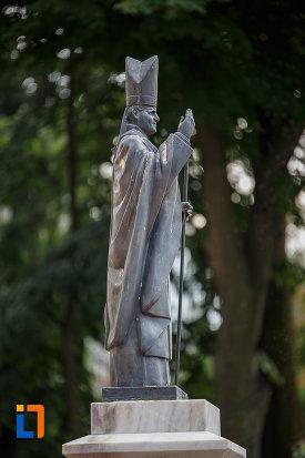 statuia-lui-papa-ioan-paul-al-ii-lea-din-suceava-judetul-suceava-vazuta-din-lateral.jpg