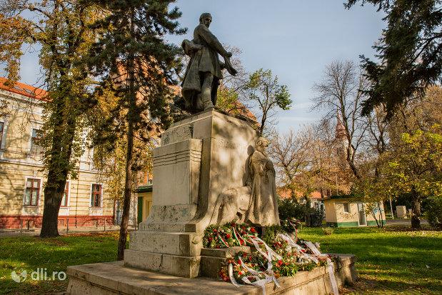 statuia-lui-szacsvay-imre-din-oradea-judetul-bihor-privita-din-lateral.jpg