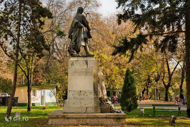 statuia-lui-szacsvay-imre-din-oradea-judetul-bihor-vazuta-din-spate.jpg