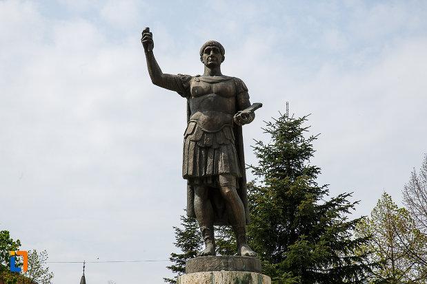statuia-lui-traian-din-deva-judetul-hunedoara-in-prim-plan.jpg