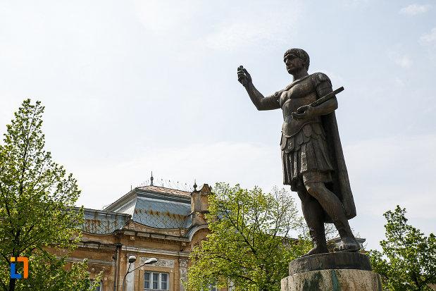 statuia-lui-traian-din-deva-judetul-hunedoara-vazut-din-dreapta.jpg