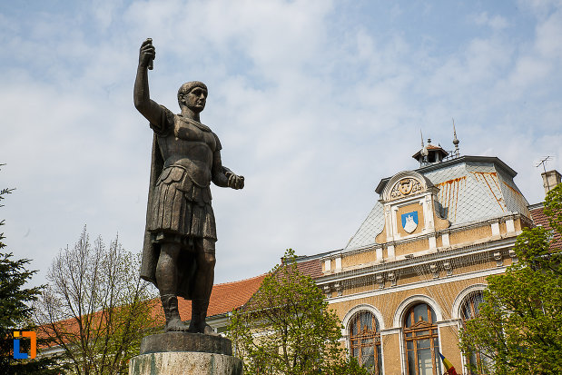 statuia-lui-traian-din-deva-judetul-hunedoara-vazut-din-dtanga.jpg
