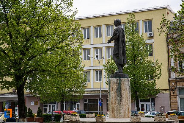 statuia-lui-traian-din-deva-judetul-hunedoara-vazut-din-spate.jpg