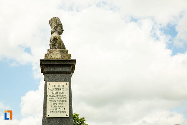 statuia-lui-tudor-vladimirescu-din-calafat-judetul-dolj-din-lateral.jpg
